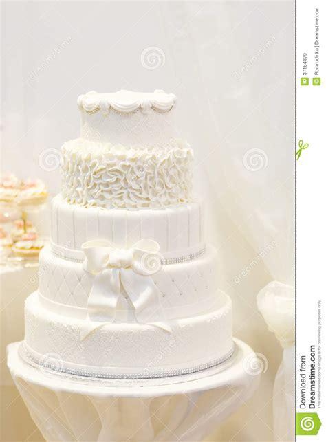 Hochzeitstorte Edel by Sch 246 Ne Hochzeitstorte Im Wei 223 Mit F 252 Nf Verschiedenen