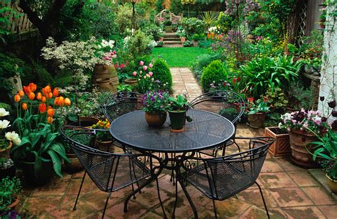 small backyard makeover 26 wonderful small backyard makeovers budget izvipi com