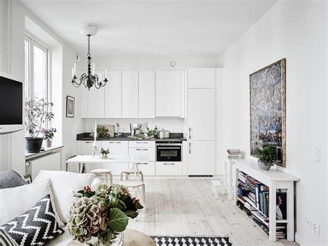 małe mieszkanie w stylu skandynawskim salon z jadalnią i