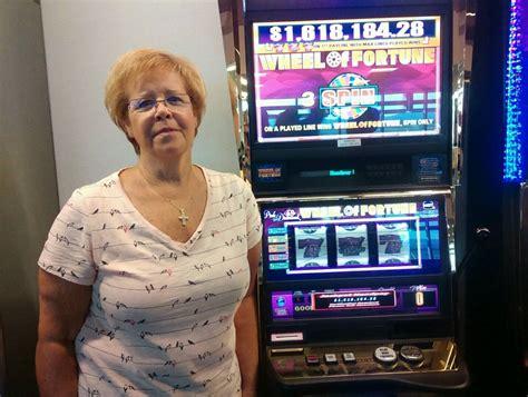 woman wins  wheel  fortune jackpot  waiting  las vegas airport