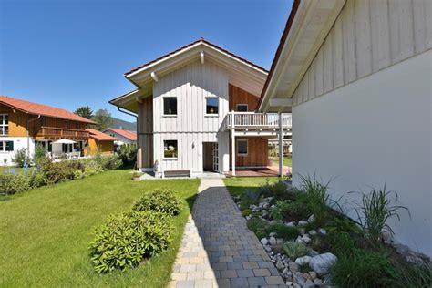 miesbacher holzhaus zweifamilienhaus mit gro 223 em balkon