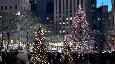 when do christmas decorations go up in new york city