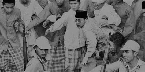Kiai Kiai Kharismatik Fenomenal Biografi Dan Inspirasi Hidup A248 ketika suwuk ilmu kebal peluru kiyai bumi majapahit melawan penjajah merah putih news