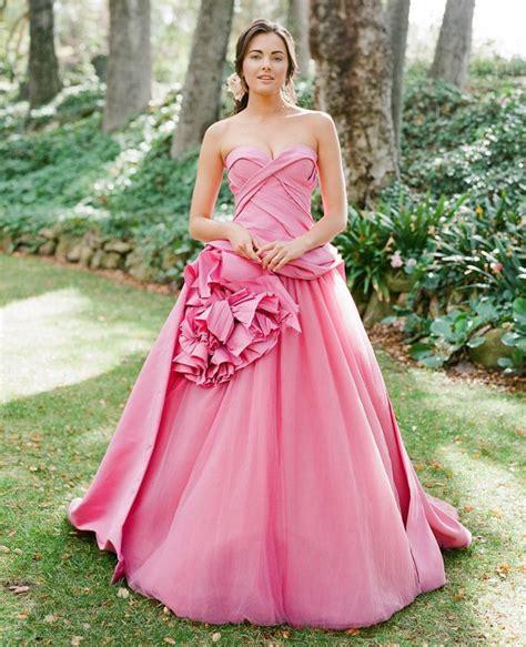 Gaun Pengantin Putih Krem dengan 11 gaun pengantin ini kamu bisa secantik putri di