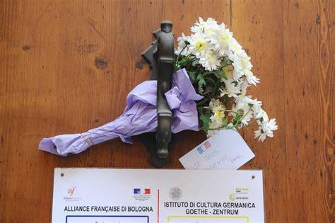 consolato di bologna parigi sotto attacco fiori davanti al consolato francese