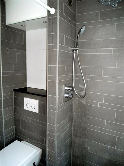 douche toilet muurtje achter wc natuursteenplankje op muurtje