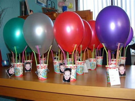 bloem van plastic bekertje luchtballon in de beker een klein speeltje of gezonde