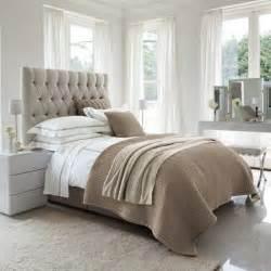 Ordinaire Chambre Grise Et Beige #3: 0-tete-de-lit-matelass%C3%A9e-de-couleur-taupe-dans-la-chambre-a-coucher-moderne.jpg