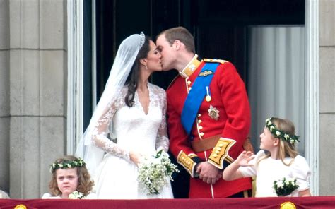 Hochzeitstorte William Und Kate by Slice Of Prince William And Kate S Wedding Cake To Be