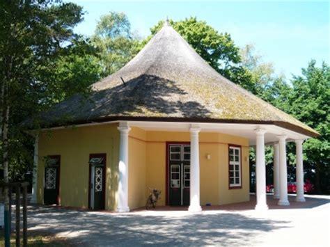pavillon reetdach ein reetdach pavillon bildet den h 246 hepunkt eines jeden gartens