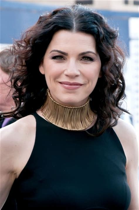 julianne marguilles chop hair julianna margulies long wavy brown cool curly hair