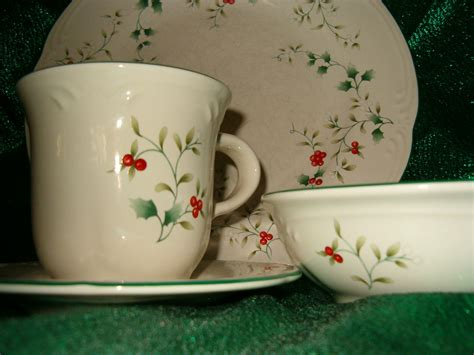 christmas dishes pfaltzgraff winterberry dinnerware set of 4