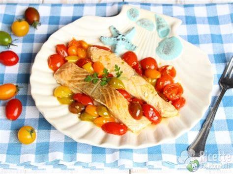 come cucinare il salmone in padella salmone in padella con pomodorini ricettedalmondo it