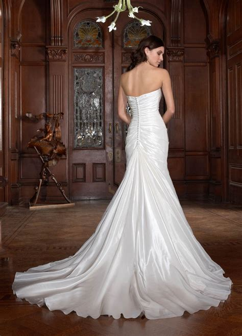 Jewelry for strapless wedding dresses