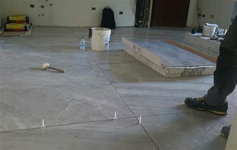 come posare piastrelle pavimento pavimento in piastrelle i costi della posa in opera