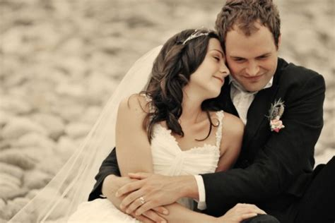 aussie couples cut costs in cheap wedding reality show how to have a beach wedding that rocks