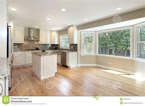 vid駮s de cuisine cuisine avec la grande fen 234 tre panoramique image stock
