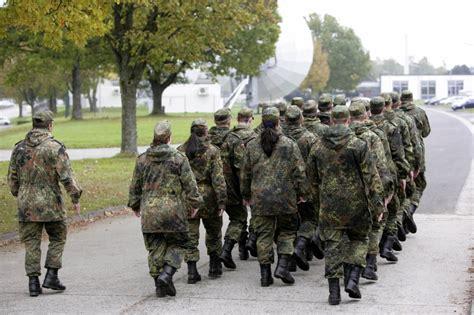 Bewerbung Bundeswehr Soldat Auf Zeit Die Bundeswehr Informiert Im Berufsinformationszentrum