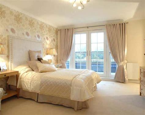 gold wallpaper bedroom ideas какие шторы подойдут к бежевым обоям интерьер