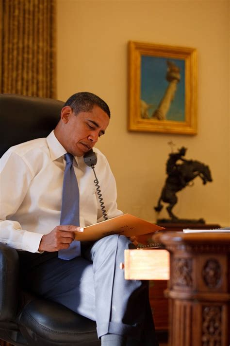 Obama On Desk by 44 Iconic Pictures Of Obama S 100 Days In Office