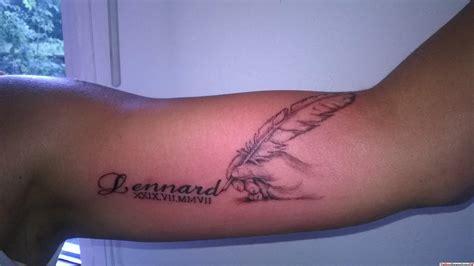 schriftzug mit feder arm tattoo