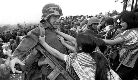 imagenes mujeres zapatistas mujeres empujando a soldado onlifemag
