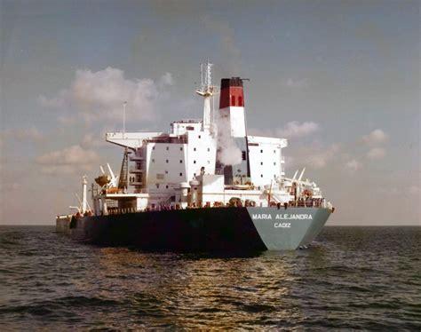 un barco tiene siempre el petrolero quot mar 237 a alejandra quot en el puerto de santa cruz