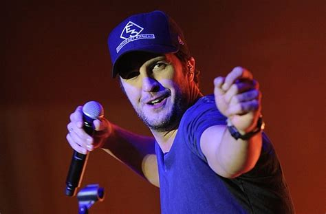 luke bryan gun control luke bryan teaming up with the doobie brothers for cmt s
