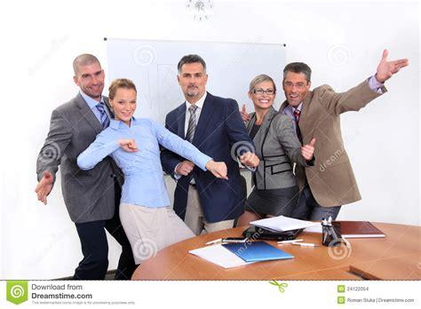 imagenes de hombres alegres personas alegres del asunto en oficina imagenes de archivo