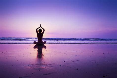 imagenes relax yoga woman practicing yoga on the beach woman practicing yoga