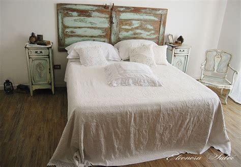 comodini stile shabby da letto in lavorazione dipinta a mano shabby
