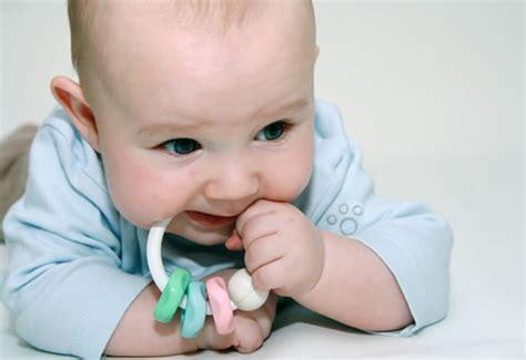 ab wann können baby ihren kopf halten entwicklungskalender 4 monat baby und familie