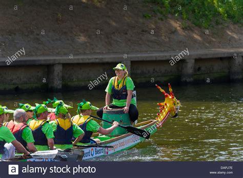 dragon boat racing llys y fran dragon boat the drummer stock photos dragon boat the
