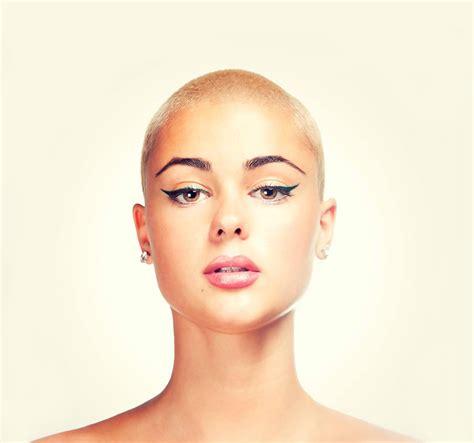 bald head round face black woman quando radersi la testa a zero