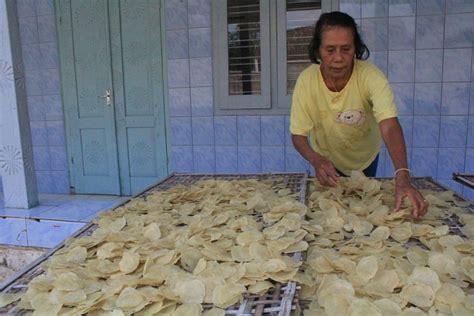 Emping Kering Melinjo Batang Kualitas Besar emping melinjo pertahankan cara tradisional tetap jaga kualitas