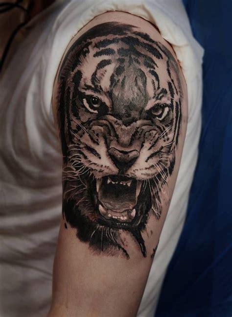 tato di kaki cowok tatuaje de la cabeza de un tigre en el brazo izquierdo