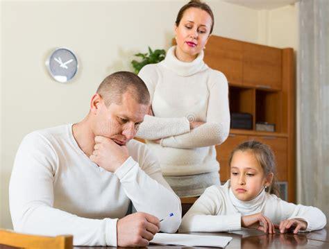 imagenes de triste familia famille triste ayant des probl 232 mes financiers photo stock
