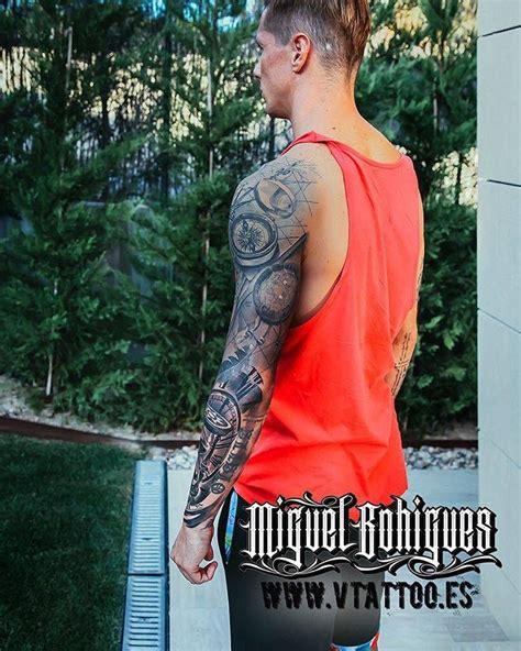 fernando torres tattoo sleeve de estilo black and grey en el brazo izquierdo de
