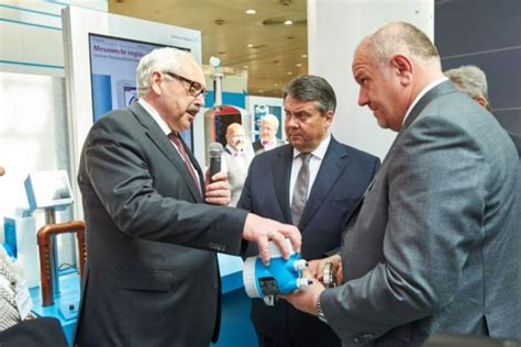 endress hauser hannover hoher besuch am stand endress hauser in hannover