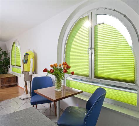 gardinenstange rundbogenfenster sichtschutz im wohnzimmer moderne plissees gardinen und