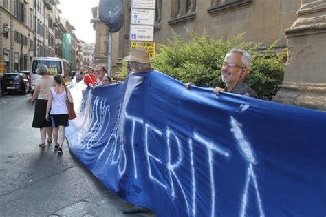 consolato grecia sotto il consolato tedesco lo striscione per la grecia