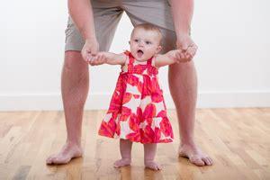wann lernen baby laufen laufen lernen wann lernen kinder laufen mami papi