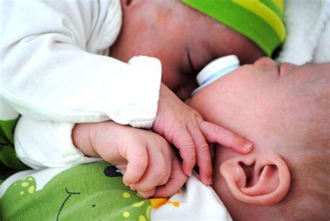 wie muss das baby zur geburt liegen 25 fakten 252 ber zwillinge die du noch nicht kanntest