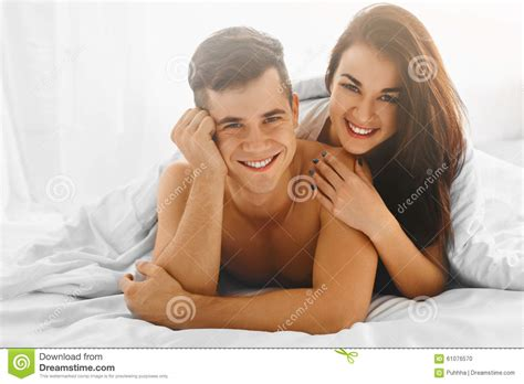couples dans l amour dans le lit photo stock image 61076570