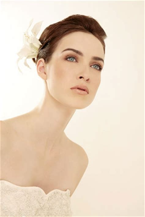 Wedding Hairstyles According To Dress by Choose Hairstyle According To Your Wedding Dress