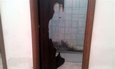 porte bagni pubblici porte divelte e gabinetti rotti i bagni pubblici sono un