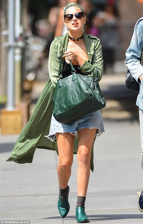 Two New Blogs With Style Aisledash And Greendaily by Tallulah Willis Drowns Figure In Baggy