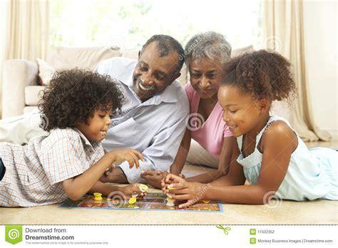 spiele junggesellinnenabschied zu hause familie die zu hause brettspiel spielt stockfotografie
