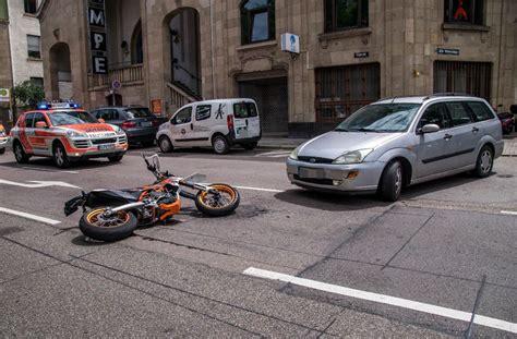Unfall Motorrad Stuttgart by Stuttgart S 252 D Motorradfahrer Kollidiert Mit Auto