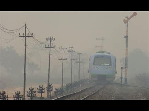 Kereta Api Asap 1 kereta api menembus kabut asap sumatera selatan